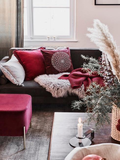ciemna sofa z tekstyliami w kolrze burgundowym