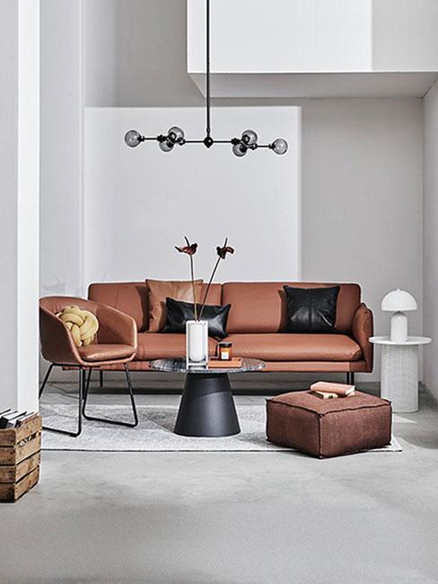 salon ze skórzaną sofą w kolorze cynamonu