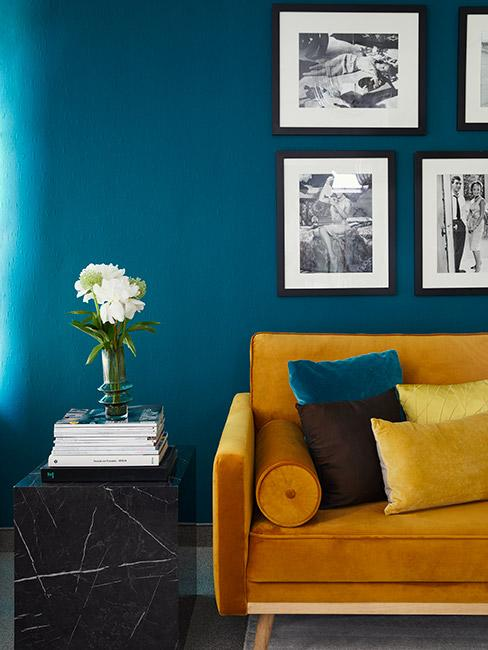 żółta sofa na tle ściany w morskim kolorze