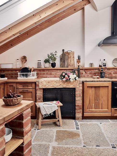 kuchnia rustykalna z czerwoną cegłą i drewnianymi meblami