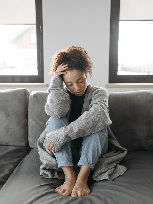 Przesilenie jesienne: kobieta z bólem głowy