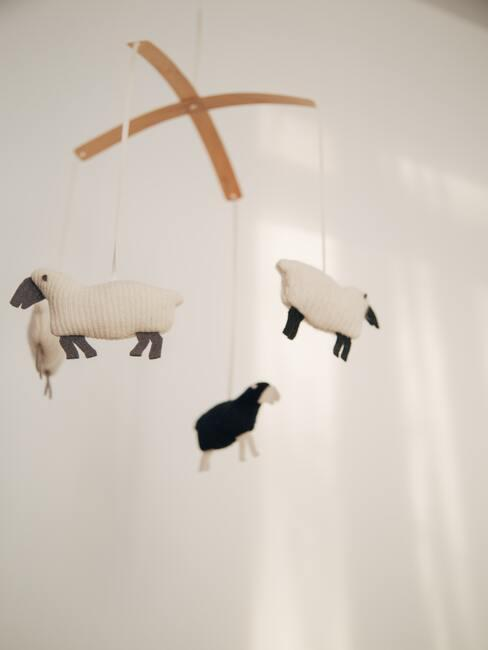 prezent na baby shower: karuzela do powieszenia nad łóżeczkiem z wiszącymi owieczkami