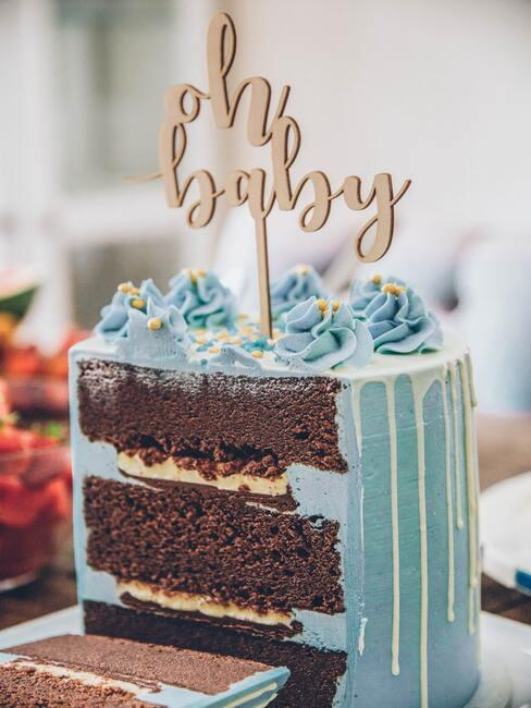 Tort na baby shower z niebieskim lukrem