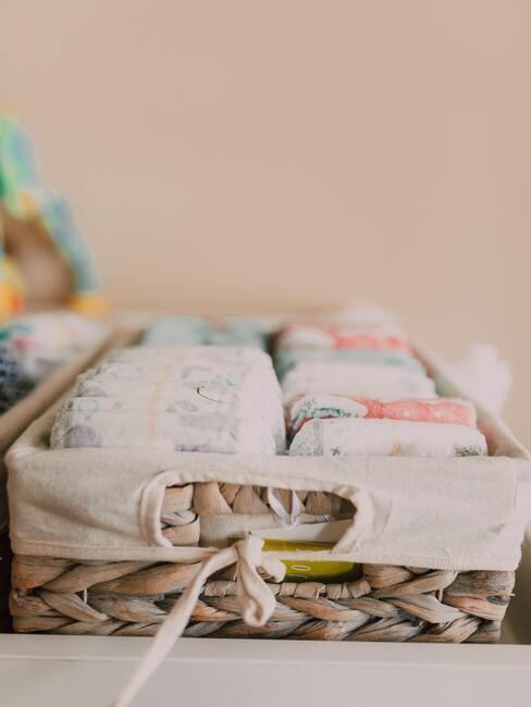 prezent na baby shower: koszyk wypełniony pieluszkami