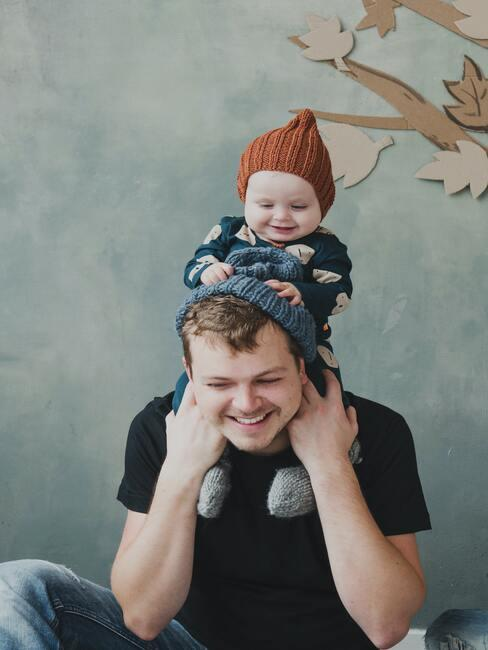 gratulacje z okazji narodzin dziecka: tata trzymający dziecko na barana