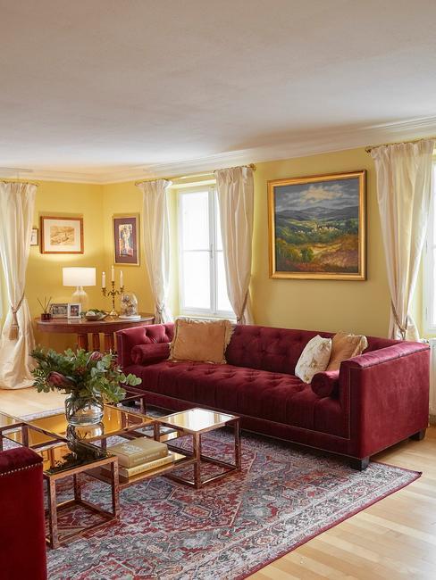 bogate wnętrze z burgundową kanapą