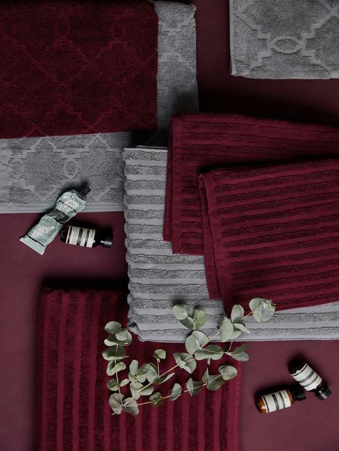 ręczniki w kolorze burgundowym i szarym