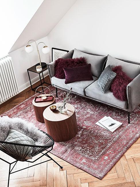 salon z szarą sofą i burgundowymi poduszkami