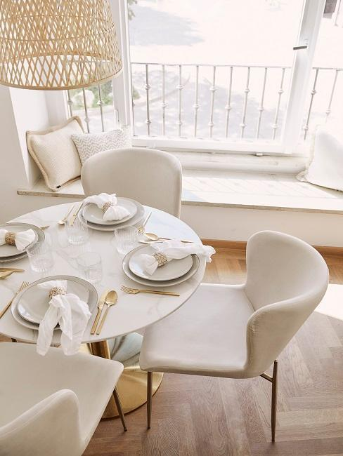 Stój do jadalni z krzesłami i poduszkami w tle