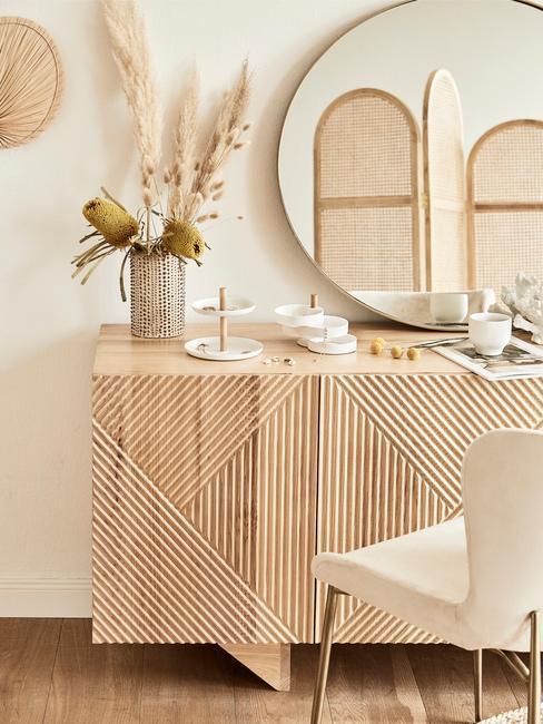 Drewniana komoda z krzesłem tapicerowanym i lustrem