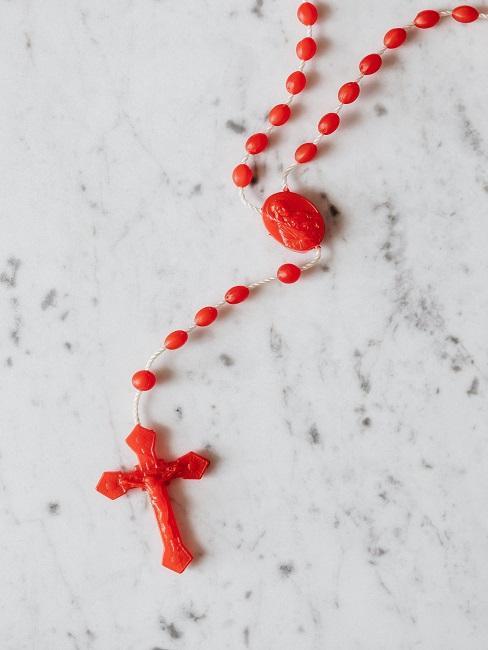 Czerwony różaniec na marmurowym stole
