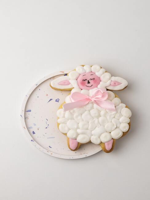 Dekoracja na tort na chrzest: Biała owieczka z różową kokardką