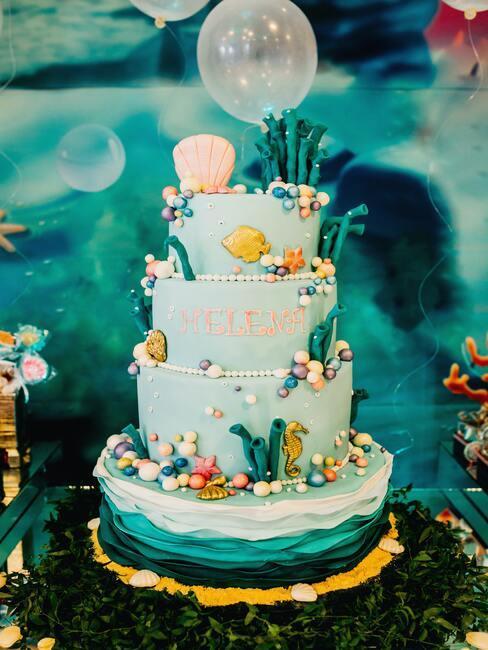 Bogato zdobiony tort w motywie morskim