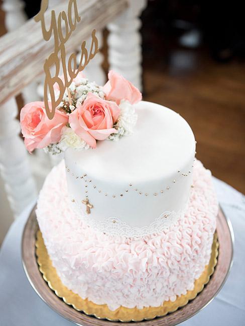 Tort na chrzest dla dla dziewczynki z ozdobnym różańcem i różami