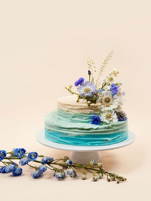 Niebieski tort na chrzest dla chłopca z ozdobnymi kwiatami