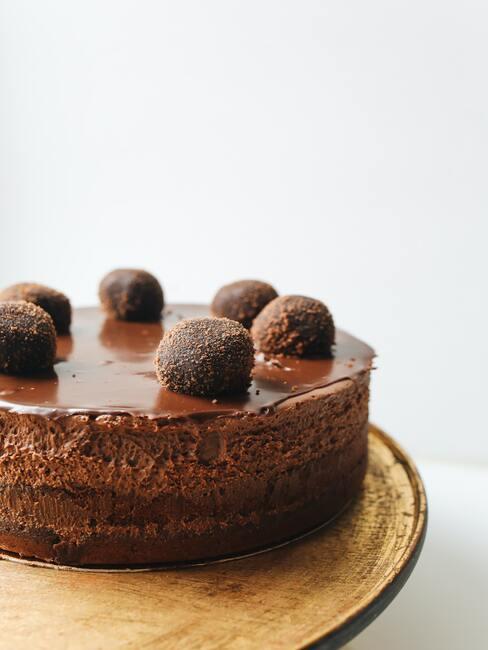 CZekoladowy tort z pralinami na wierzchu