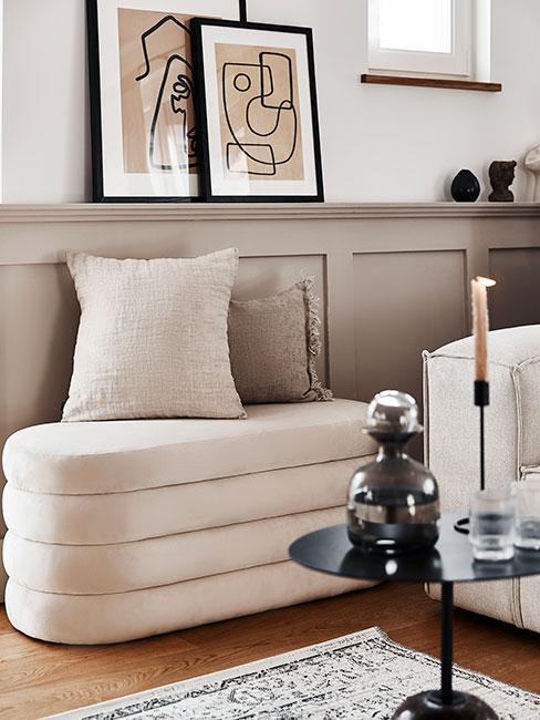 Biała ławka o organicznych kształtach z poduszką