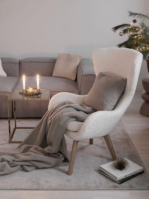 Fotel wypoczynkowy z szarym kocem