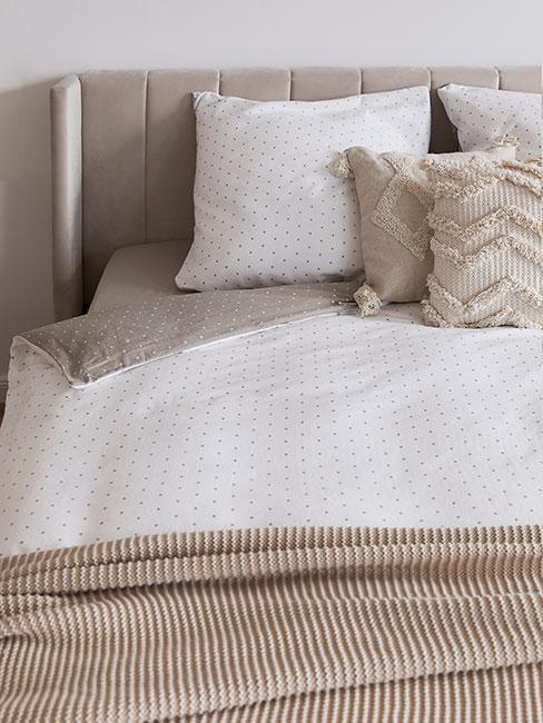Łóżko z miękkimi i zdobionymi poduszkami