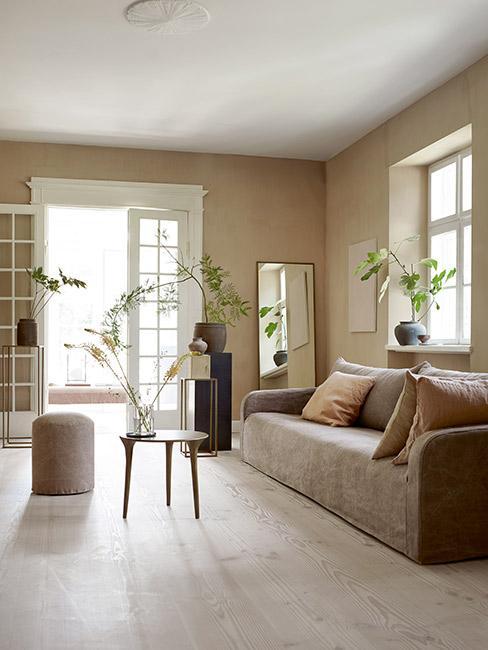 Przestronny salon w kolorze taupe
