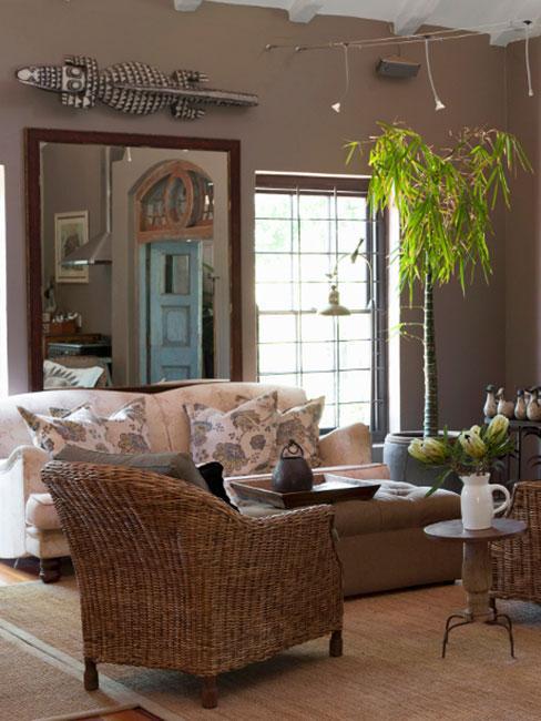 Salon w naturalnych kolorach z elementami taupe