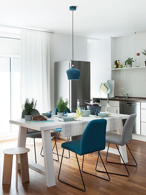 Jadalnia w neutralnych kolorach z akcentem kolorystycznym w postaci krzesła w morskim kolorze