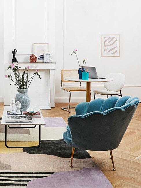 kolor morski: Salon w jasnych barwach, drewnianą podłogą i akcentem kolorystycznym w postaci fotela w morskim kolorze