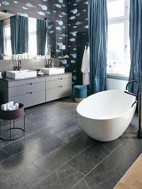 nowoczesna łazienka w białą wanną i zasłonami w morskim kolorze