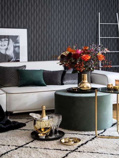 Salon z jasną soą i akcentami w kolorze morskim w postaci poduszek i stolika