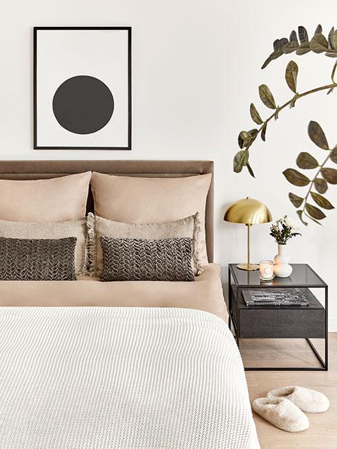 Sypialnia z klasycznym łóżkiem z pościelą w kolorze nude i poduszkami taupe