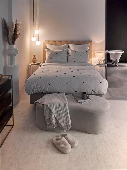 przytulna sypialnia w kolorach taupe i szarości w stylu glamour