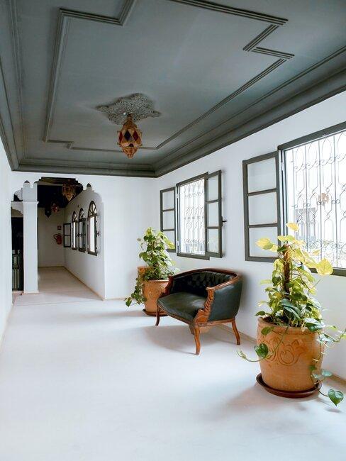 Przestronne wnętrze ze ścianami pokrytymi sztukaterią