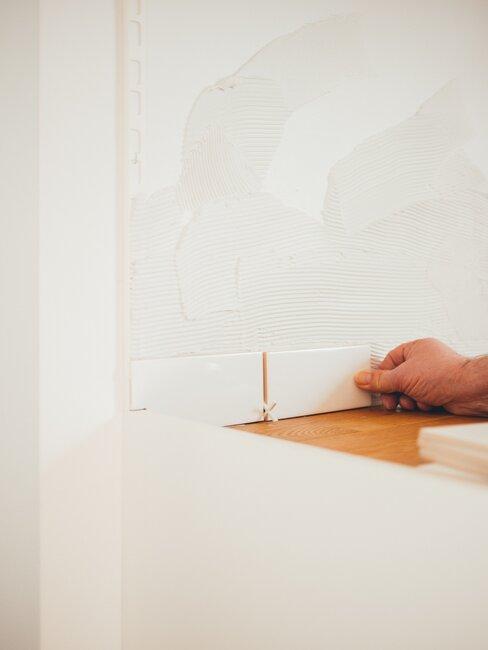Ręka przygotowująca wzór sztukaterii do pokrycia ściany