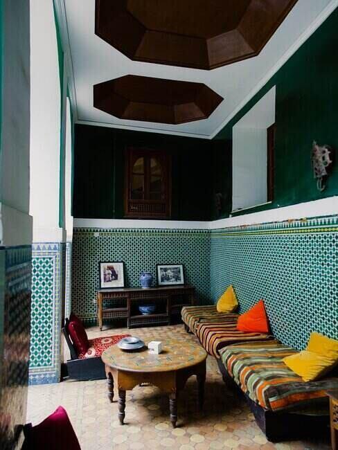Eleganckie wnętrze z zielonymi ścianami pokrytymi sztukaterią