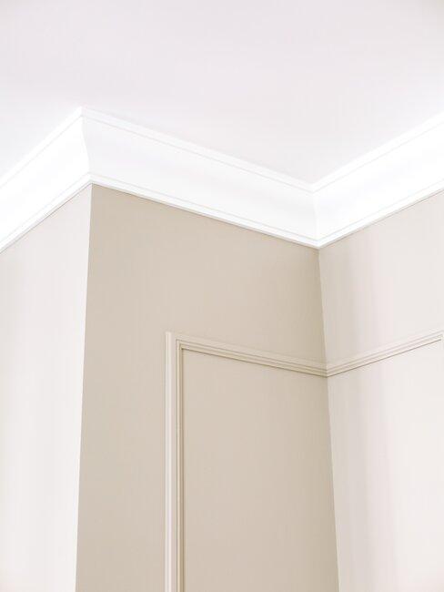 Ujęcie na sufit i ściany ozdobione sztukaterią