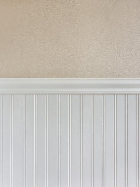 Biała lamperia na beżowej ścianie