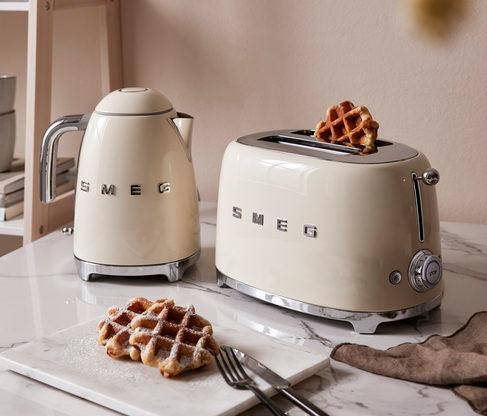 Beżowe dodatki do kuchni, czajnik i toster firmy smeg