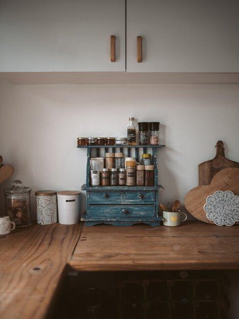 Beżowa kuchnia z beżowymi szafkami i drewnianym blatem z dodatkami z drewna