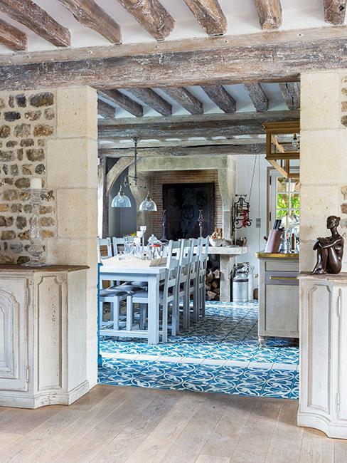 Błękitna rustykalna kuchnia