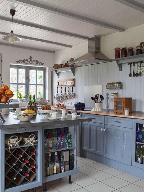 Niebieska kuchnia w wiejskim stylu