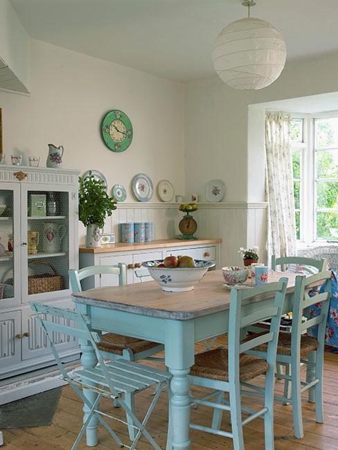 Jasna kuchnia z niebieskim stołem