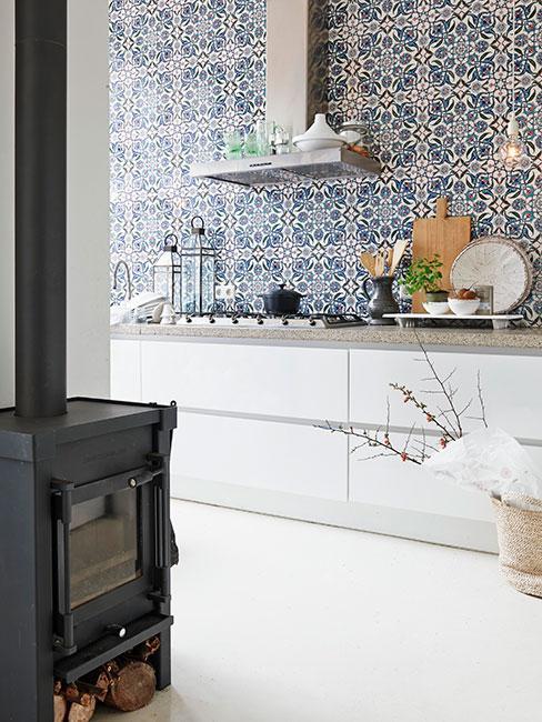 Niebieskie płytki z białym blatem w kuchni