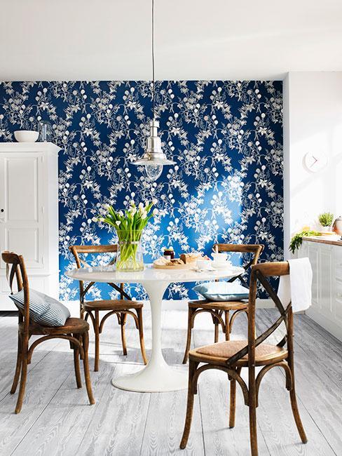 Biała kuchnia z niebieską ścianą