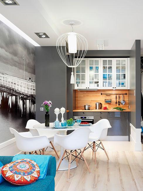Ciemnoszara kuchnia z niebieską sofą
