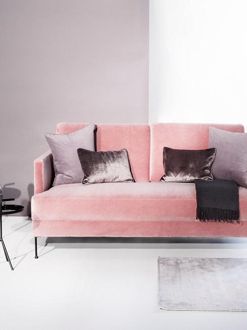 Kanapa w kolorze różu z poduszkami