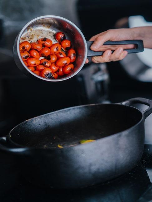 Pomidorki koktajlowe w garnku