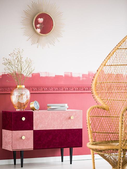 dwukolorowa komoda w kolorze bordowym i różowym