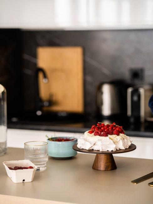 Gotowy wegański tort Pavlova według przepisu Rozkosznego