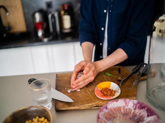 Michał Korkosz gotujący w swojej kuchni