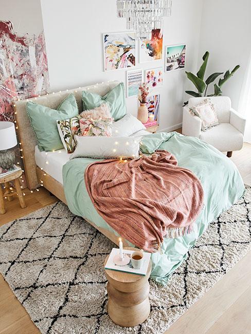 jasna romantyczna sypialnia w kolorach zieleni i różu
